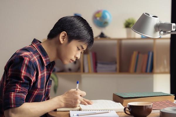 受験勉強する男性